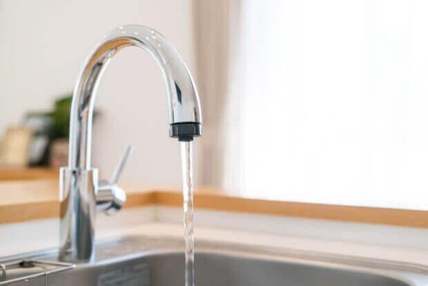 water stroomt uit kraan